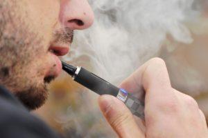 Arretez-de-fumer-avec-la-e-cigarette-et-un-e-liquide-bio-.jpg